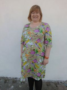 Made this jersey dress - comfortable like that old favourite t-shirt, but somewhat prettyer ;-)