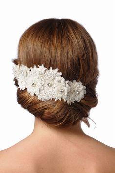ボンネは、清楚にも、クラシカルにもなる優秀ヘッドドレス!だけど、どうしてもクラシカルになりすぎてしまい、オシャレ感が。。。 この画像のアイテムは、花のモチーフが重なるように合わさってボンネになっているという超おススメヘッドドレスです。 ガーリーだけどシック、フェミニンだけれどクラシカル! 取り扱い「ノバレーゼ」