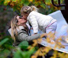 Gisele Bündchen dá selinho e brinca com os filhos http://r7.com/Kadl