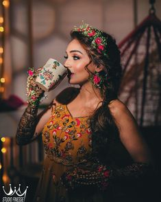 Dazzling in these pretty floral jewelry Bridal Mehndi Dresses, Mehendi Outfits, Indian Bridal Outfits, Indian Bridal Fashion, Bridal Poses, Bridal Photoshoot, Flower Jewellery For Mehndi, Saree Jewellery, Flower Jewelry
