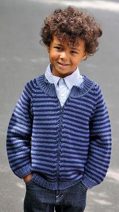 Strik en fin bluse med striber til drengen - den gratis opskrift til dig er fra Familie Journal.