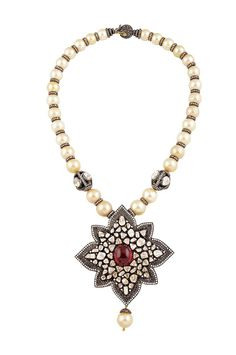 A pendant necklace with uncut diamonds and pearls by Amrapali.