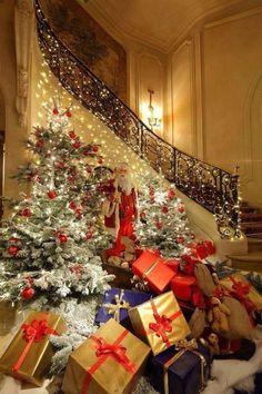 beautiful christmas lights - New Year Christmas Scenes, Noel Christmas, Winter Christmas, All Things Christmas, Christmas Lights, Christmas Decorations, Christmas Stairs, Christmas Morning, Christmas Tree Presents