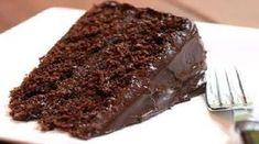 O Bolo de Chocolate Sem Farinha Recheado é muito saboroso. Sua massa sem farinha é delicioso e se combina perfeitamente com o recheio e a calda. Você preci