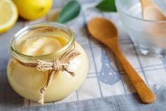 Lemon Curd, citronový krém, asi znáte spíše pod anglickým názvem. Je to tradiční pochoutka, která se používá k náplním do dortů, k pečení citronových pájů pod nadýchanou sněhovou čepicí nebo se jí samotná, jako alternativa džemu. Od 19. století se domácí citronový krém podával v Anglii s malými koláčky k odpolednímu čaji. Ve Spojených státech se více zabydlel pod zapečenými sněhovými pusinkami. Pronikavá chuť citronů a jemnost krému je úchvatná ve spojení s našlehanou neslazenou smetanou…