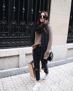 Calça destroyed jeans preta + tricô gifa beige com tênis ! Casual, inverno , look confortável e fashion!