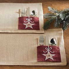 Placemats with pockets.would be an easy project! Christmas Placemats, Christmas Sewing, Noel Christmas, Christmas Projects, Holiday Crafts, Table Runner And Placemats, Quilted Table Runners, Fabric Crafts, Sewing Crafts