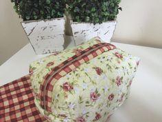 Necessaire em tecido estampado,quiltada, e feita com forração interna. <br>Dimensão do produto:15x9x9cm