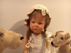 Schitterende kathe kruse pop, de doll vlll, uit 1929, met smalle heupen en een pruikje, gestempeld onder de voet, plaatje!!! Richtprijs 900.00 Euro of een net tegenbod.