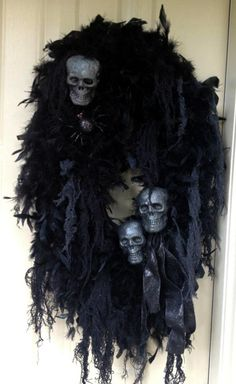 52 Creative DIY Halloween Wreaths Design Ideas - About-Ruth Scary Halloween Wreath, Theme Halloween, Halloween Projects, Diy Halloween Decorations, Halloween House, Holidays Halloween, Halloween Stuff, Halloween Skeletons, Halloween 2020