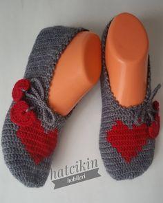 selam hanımlarr hayırlı cumalar 🌷 kalpcikli patigimle bugun paylaşımım siparis uzre yapıldı 😊 siparis vermek isteyenler gec kalmayın derim dmden ulaşabilirsiniz 👍 sevgiyle kalın 💕 #patik #siparis #bohça #nişanbohçası #düğün #elemeği #crocheting #crochet #çeyizlik #çeyiz Crochet Shoes, Crochet Lace, Knitted Slippers, Afghan Crochet Patterns, Bargello, Artisan, Footwear, Socks, Knitting
