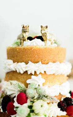 gold fox cake toppers, photo by Emily Chidester http://ruffledblog.com/fort-mill-barn-wedding #weddingcake #caketoppers #fox