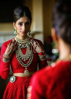 Indian traditional red long blouse long sleeve and jewellery, exquisite sari outfit Photo by:Alain Martinez Big Fat Indian Wedding, Indian Bridal, Indian Weddings, Beauty And Fashion, Look Fashion, Fashion Tips, India Fashion, Asian Fashion, Indian Dresses