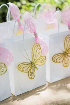 Butterfly gift bags van een Enchanted Fairy Garden Birthday Party op Kara& Part . Butterfly 1st Birthday, Butterfly Garden Party, 1st Birthday Party For Girls, Butterfly Birthday Party, Butterfly Baby Shower, Fairy Birthday Party, Garden Birthday, Butterfly Gifts, Birthday Party Decorations