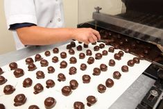 The Sweetest Road Trip In Ohio Takes You To 7 Old School Chocolate Shops Chocolate Bark, Chocolate Shop, How To Make Chocolate, Chocolate Lovers, Old School Candy, Homemade Fudge, Chocolate Company, Candy Companies, Fudge Sauce