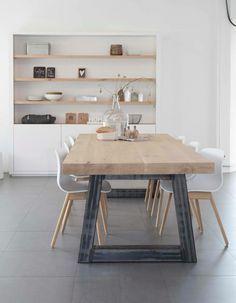 Liefde voor de tafel en de schappen die in de muur zitten ipv op de muur!