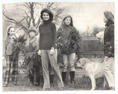 Jackie Kennedy and her sister Lee with children.