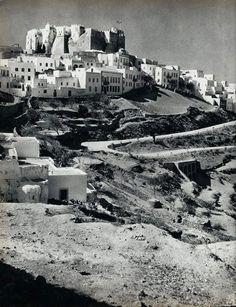 ΠΑΤΜΟΣ 1950 Old Photos, Vintage Photos, Greek Islands, Paris Skyline, History, Armchair, Travel, Memories, Beautiful
