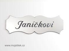 Plastová cedulka se jménem ve stříbrné barvě, s černým textem. www.mujstitek.cz