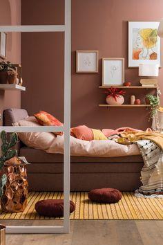 Wie sehen die Schlafzimmer-Farben 2020 aus? Der Trend ist eindeutig: Das Schlafzimmer soll hell und lebendig sein, aber zugleich ein Ort der Ruhe bleiben. Ein Widerspruch? Nein! Rusty Shades stehen für ein Setting zum Wohlfühlen und Träumen. Wir zeigen, was hinter diesem Wohntrend steckt! Inspiration, Furniture, Home Decor, Bed, House, Biblical Inspiration, Decoration Home, Room Decor, Home Furnishings