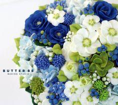 Blue flower cake decorating