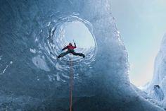 Myrdalsjokull Glacier_ Iceland. Mýrdalsjökullgletscher, Island Der Mýrdalsjökull-Plateaugletscher liegt über einem aktiven Vulkan namens Katla, der alle 40 bis 80 Jahre ausbricht – der letzte Ausbruch war 1918. Durch hohen Druck gibt es kaum Lufteinschlüsse im Eis. So bekommt das Eis seinen dunklen blauen Farbton. Am sichersten kann man die Höhle zwischen spätem November und frühem März besuchen.