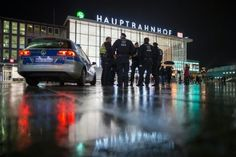 """Nach den sexuellen Übergriffen in der Silvesternacht in Köln ermittelt die Polizei einem Zeitungsbericht zufolge wegen Verletzung des Dienstgeheimnisses. """"Es wird derzeit eine Materialsammlung erstellt, die Polizei recherchiert intern"""", sagte ein Sprecher der Kölner Staatsanwaltschaft laut"""