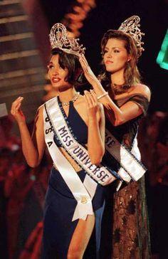 1997 Miss Universe Brooke Mahealani Lee (Hawaii, USA) is crowned by 1996 Miss Universe Alicia Machado (Venezuela)