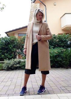 Cappotto classico, scarpe Nike, pantaloni di pelle