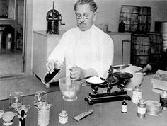 1922. Max Factor a laboratóriumában. 1922 Max Factor in his basement lab on S. Hill St., Los Angeles.