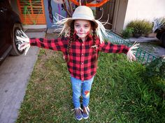Easy and quick scarecrow costume for kids · espantapájaros by cindy Halloween Costumes Scarecrow, Baby Girl Halloween Costumes, Halloween Scarecrow, Halloween Costume Contest, Family Costumes, Christmas Costumes, Diy Costumes, Costume Ideas, Halloween Ideas