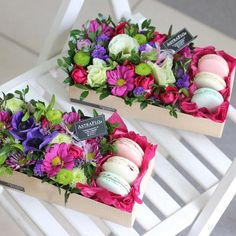 #АКЦИЯ КОРОБОЧКА С МАКАРУНАМИ 1100 РУБЛЕЙ Количество цветов варьируется (исходя из их размеров и количества букв). Цвет по Вашему выбору — яркий или нежный. Цветочки стоят долго, нужно только периодически поливать. СОСТАВ: макаруны (macarons) 4 штуки хризантема кустовая 1 шт. гвоздика 11 шт. роза 15 шт. Подарочная коробка 1 шт. Флористическая пена 1 шт.