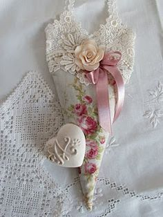 sachet using floral fabric, lace, ribbon - maybe vintage hankies Lavender Bags, Lavender Sachets, Fabric Hearts, Lace Heart, I Love Heart, Heart Crafts, Linens And Lace, Be My Valentine, Vintage Crafts