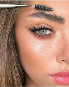 Beauty Eyes Green eyes Brown hair Pink lipgloss Eyebrows Long lashes Mascara Eyeliner Freckles Glowy skin Inspiration More on Fashionchick Eyeshadow For Green Eyes, Best Eyeshadow, Makeup For Green Eyes, Makeup Eyeshadow, Makeup Eyebrows, Brown Eyeliner, Eyeliner Makeup, Beauty Make-up, Beauty Hacks