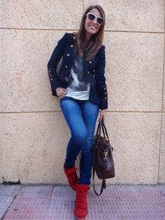 Cazadora estilo militar, t-shirt, jeans y sneackers rojo