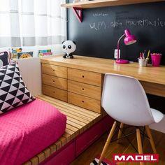 A madeira é realmente um item incrível para a decoração. Prova disso foi o quarto da filha da atriz Mônica Martelli que foi todo decorado com base nesse material; A cama feita com barrote e as prateleiras em madeira harmonizaram perfeitamente com a cadeira Eiffel, criando um ar de aconchego e leveza ao ambiente. Dica valiosa para quem está pensando em decorar o quarto das crianças. #madel #decoracao