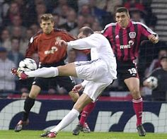 _Zidane scoring a famous match-winning goal, a volley hit with his weaker foot, in Real Madrid's win over Bayer Leverkusen in the 2002 UEFA Champions League Final Goals Football, Best Football Players, Sport Football, Soccer Players, Ramos Real Madrid, Real Madrid Club, Real Madrid Football Club, Zinedine Zidane, Sven Bender