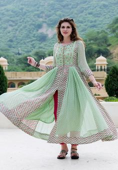 Stylish Dresses For Girls, Stylish Dress Designs, Simple Dresses, Pakistani Bridal Dresses, Pakistani Dress Design, Designer Anarkali Dresses, Designer Dresses, Fancy Kurti, Frock For Women