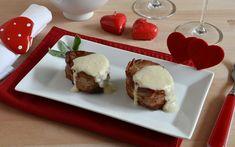 I medaglioni di maiale al formaggio sono un gustoso secondo piatto preparato con filetto di maiale avvolto nel bacon e ricoperto con salsa al formaggio. Food Design, Chutney, Muffin, Pudding, Beef, Breakfast, Desserts, Recipes, Salsa