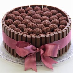 Risultati immagini per bolo de chocolate com kit kat em volta Torta Candy, Candy Cakes, Pretty Cakes, Cute Cakes, Torta Kit Kat, Chocolate Birthday Cake Decoration, Chocolate Cake Designs, Bithday Cake, Cake Kit