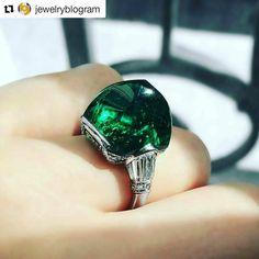 Beautiful emerald @jewelryblogram Wonderful #ArtDeco #emerald and #diamond #ring , by Black Starr & Frost, 1920s.