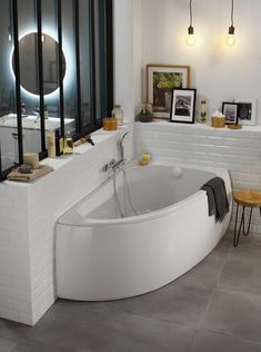 Baignoire d'angle gain de place | Leroy Merlin Bathroom Renos, Corner Bathtub, Home Interior Design, Minimalism, Ikea, Sweet Home, New Homes, Loft, Leroy Merlin