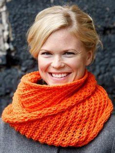 Free pattern in Dutch: Loop sjaal met kantpatroon - Novita 7 Veljestä Diy Crochet, Crochet Hats, Lace Scarf, Chantilly Lace, Lace Collar, Crochet Fashion, Orange Color, Knitwear, Free Pattern