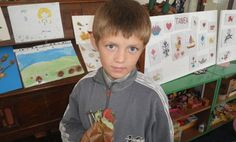 Die Kinder präsentieren voller Stolz und Freude ihre Werke.