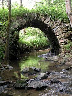 Steinbrücke über den Aisthofnerbach aus dem 19. Jahrhundert in der Ortschaft Aisthofen in der Katastralgemeinde Weinzierl in der Stadtgemeinde Perg