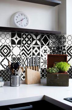 Carrelage adhésif Vintage pour la cuisine. Créez un patchwork avec ces plaques de 23 cm par 23 cm. Modèle : Noir et blanc.