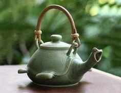 Turtle Teapot by Balinese artist Putu Oka Mahendra / Teiera a tartaruga dell'artista balinese Putu Oka Mahendra Tee Set, Teapots And Cups, Chocolate Pots, Ceramic Pottery, Ceramic Teapots, Pottery Art, Tea Time, Tea Party, Tea Cups