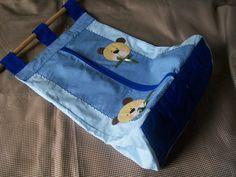 Porta fraldas em tecido, patchwork, parte inferior estruturada com manta acrilica e quiltada. <br>Aberta na parte da frente. <br>Aplique e cor a escolher. <br>*OBS: não acompanha o varão.