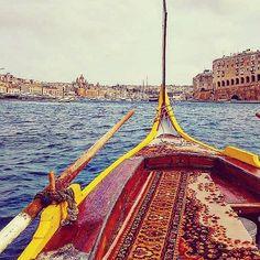 Raggiungere Vittoriosa da La Valletta con la tipica imbarcazione dei pescatori maltesi è una bellissima avventura. Si attraversa il canale circondati di navi enormi, in pieno vento di maestrale godendosi il panorama e qualche schizzo sulla faccia... ma ne vale la pena!  #travelgram #travel #viaggio #viaggiare #travelling #travelpic #traveldiary #travelblog #travelphoto #travelingram #traveladdict #travellover #travelawesome #amagazinplace#ricordidiviaggio #travelmemories #memories…