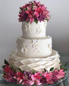 Wedding Cake Roses, Amazing Wedding Cakes, Wedding Cake Rustic, Unique Wedding Cakes, Unique Cakes, Amazing Cakes, Cake Structure, Cool Birthday Cakes, Gorgeous Cakes